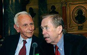 Max van der Stoel y Václav Havel (Foto: CTK)