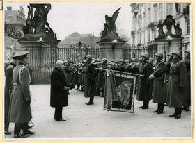 Emil Hácha, die Burgwache und Wehrmacht am 15. März 1939 (Foto: Archiv des Militärhistorischen Instituts)