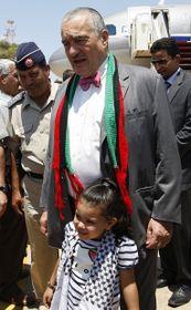 Karel Schwarzenberg con una niña libia, foto: ČTK