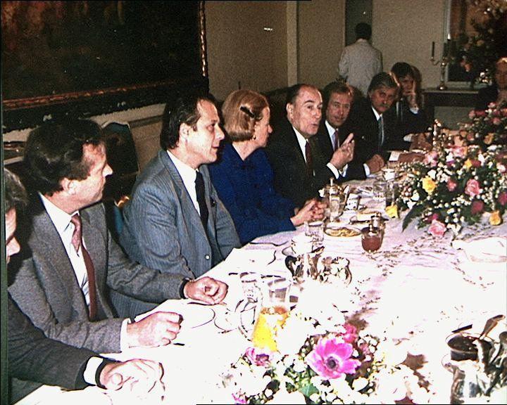 Ф. Миттеран с чешскими диссидентами, фото: Aрхив посольства Франции в Праге