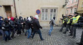 Полиция пытается отделить противников и сторонников миграции, Фото: ЧТК