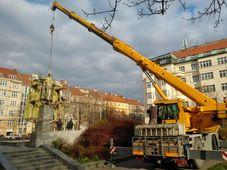 La mairie du sixième arrondissement de Prague a fait enlever vendredi matin de son piédestal la statue du maréchal soviétique Ivan Koniev, photo: Ondřej Kolář/PR/Facebook