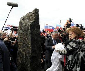 Ján Slota und Anna Belousovová (Slowakische Nationalpartei) weihen in Komárno das Denkmal zum 90. Jahrestag des Trianon-Vertrags ein (Foto: ČTK)