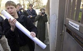 Matej Cerny lleva la petición (Foto: CTK)