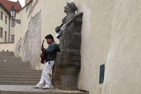 Памятник Карелу Гашлеру на старой замковой лестнице в Праге (Фото: Kristýna Maková)