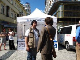 Lothar Martin und Gerald Schubert vor dem Stand des Tschechischen Rundfunks 7 (Foto: Kristýna Maková)