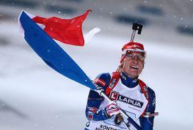 Ondřej Moravec celebrando en la recta final con la bandera checa. Foto: ČTK.