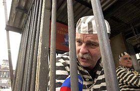 Slavomir Lener en la réplica de un celda cubana en la Plaza Wenceslao (Foto: CTK)