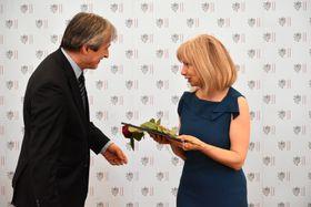 Kateřina Vlasáková přebírá ocenění od ministra zahraničí Martina Stropnického, foto: Ondřej Tomšů