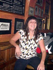 Ana en la barra de un bar