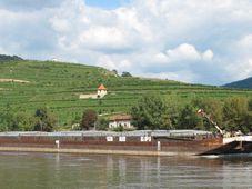 Schiffsverkehr auf der Elbe (Foto: Juan de Vojníkov, Wikimedia Commons, CC BY-SA 3.0)