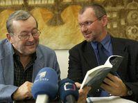 Vydavatel Jaroslav Kořán (vlevo) a náměstek ministra kultury Zdeněk Novák představují publikaci Rozumět dějinám, Foto: ČTK
