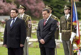 Gerhard Schröder y Jiri Paroubek en Terezin (Foto: CTK)