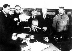 V pozadí: Fierlinger, Vorošilov, Kalinin, Beneš, Stalin, podepisuje Molotov; Moskva 1943