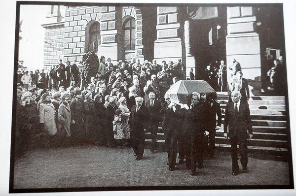 Foto: Repro Zpráva o pohřbu básníka J. Seiferta (ve fotografiích J.Krejčího), Volvox Globator 1995