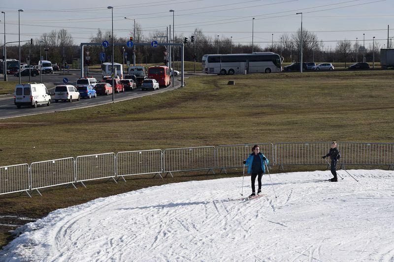 Pár kroků od rušné ulice si lze vPraze ina konci zimy zalyžovat, foto: Ondřej Tomšů