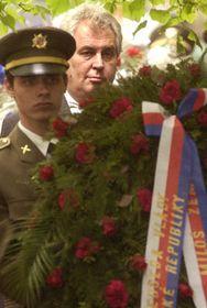 Милош Земан во время возложения венков у здания Чешского радио (Фото: ЧТК)