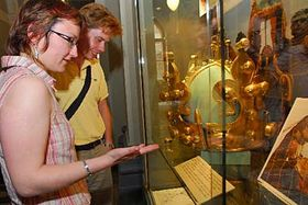 Svatováclavská koruna ze sousoší Géniů je exponátem výstavy 'Co se skrývá pod pozlátkem', foto: ČTK
