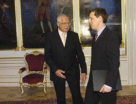 Odstupující premiér Stanislav Gross sprezidentem republiky Václavem Klausem, foto: ČTK
