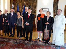 Ausgezeichnete Persönlichkeiten mit dem tschechischen Außenminister (Foto: Archiv des Tschechischen Rundfunks - Radio Prag)