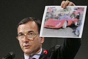 Evropský komisař Franco Frattini ukazuje fotografii spadělaným vozem Ferrari vyrobeným vČíně, foto: ČTK