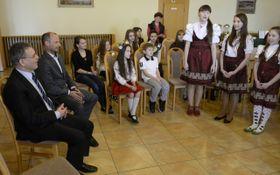 Niños de Ucrania y Lubomír Zaorálek, foto: ČTK