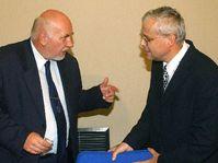 Vizepremier Pavel Rychetsky (links) spricht mit dem Premier Vl. Spidla (Foto: CTK)