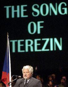 Předseda Senátu Petr Pithart při projevu ve Státní opeře vPraze, kde mělo 27. ledna českou premiéru Terezínské oratorium amerického skladatele Franze Waxmana, foto: ČTK