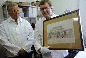 Karel Ksandr ukazuje kopii projektu Národního divadla, který jako dar věnoval ministru kultury Jiřímu Besserovi, foto: ČTK