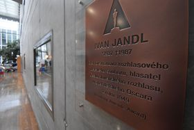 Une plaque commémorative de Jandl, photo : Ondřej Tomšů