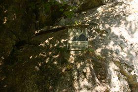 Býčí skála, pamětní deska věnovaná Jindřichu Wanklovi, foto: Štěpánka Budková
