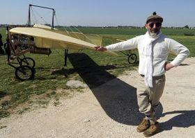 Petr Mára con la réplica del avión de Jan Kašpar, foto: ČTK