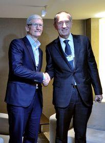 гендиректор Apple Тим Кук и премьер ЧР Андрей Бабиш, фото: ЧТК / Стржигавка Якуб