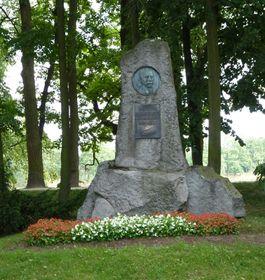 Памятник с небольшим крестом в память о событии, случившемся в 1846 году (Фото: Michal Klajban, Wikimedia Commons, License CC BY-SA 3.0)