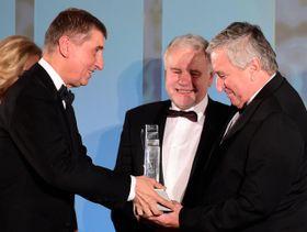 Zdeněk Pelc (a la derecha) recibe el premio 'El empresario del año' de la mano de Andrej Babiš, foto: ČTK