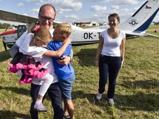 Roman Kramařík is greeted by his family after the flight, photo: ČTK/Vít Šimánek