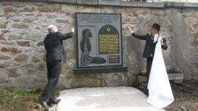 Odhalení pamětní desku věnované obětem z koncentračního tábora ve Svatavě, фото: Pavla Sofilkaničová, Чешское радио