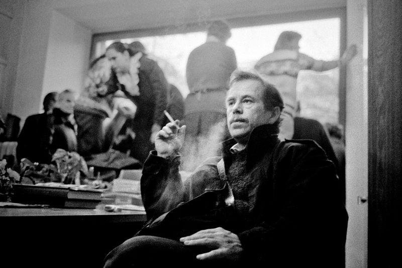 Václav Havel avant son discours sur le balcon de Melantrich, photo: Miloň Novotný