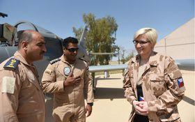 Karla Šlechtová (rechts) besuchte tschechische Soldaten im Irak (Foto: Hana Brožková, Archiv der tschechischen Armee)