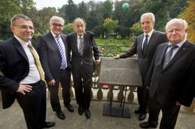 Na balkóně německé ambasády, zleva: Lubomír Zaorálek,  Frank-Walter Steinmeier, Hans-Dietrich Genscher, Saska Stanislaw Tillich aRudolf Seiters, foto: ČTK