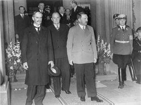 Setkání Nevilla Chamberlaina (vlevo vpopředí) sAdolfem Hitlerem vBad Godesbergu, foto: Bundesarchiv, Bild 183-H12751 / CC-BY-SA 3.0