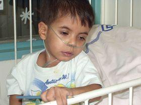 Niño Abbas Asad - un de los pacientes del hospital de Motol