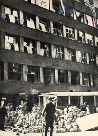 Возведение баррикад перед зданием Чешского радио, Фото: Архив Чешского радио