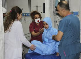 Turkish medics check a victim of alleged chemical weapons attacks in Idlib, at a local hospital in Reyhanli,Turkey, photo: CTK