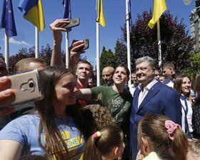 Президент Украины Петр Порошенко отмечает со своими согражданами введение безвизового режима с ЕС, Фото: ЧТК