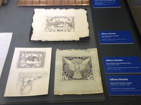 Vitrina dedicada a Alfons Mucha, foto: Ana Briceño