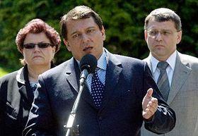 Jiří Paroubek (uprostřed) skandidáty na ministry případné nové vlády Marií Benešovou aLubomírem Zaorálkem, foto: ČTK