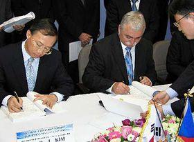 Zástupci Hyundai podepsali smlouvu otovárně vNošovicích, foto: ČTK