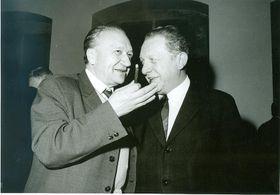 Karel Galla (vlevo, děkan vletech 1970 - 1973) na snímku zodhalení Leninovy busty vKarolinu, foto: časopis Univerzity Karlovy iForum / Archiv Univerzity Karlovy