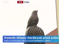 Una alondra sobre un micrófono simboliza la resistencia contra el comunismo, foto: ČT